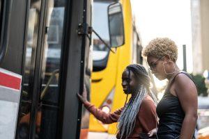 Mulheres negras sobem em ônibus